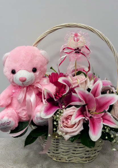 arrangement basket with pink roses new girl 1