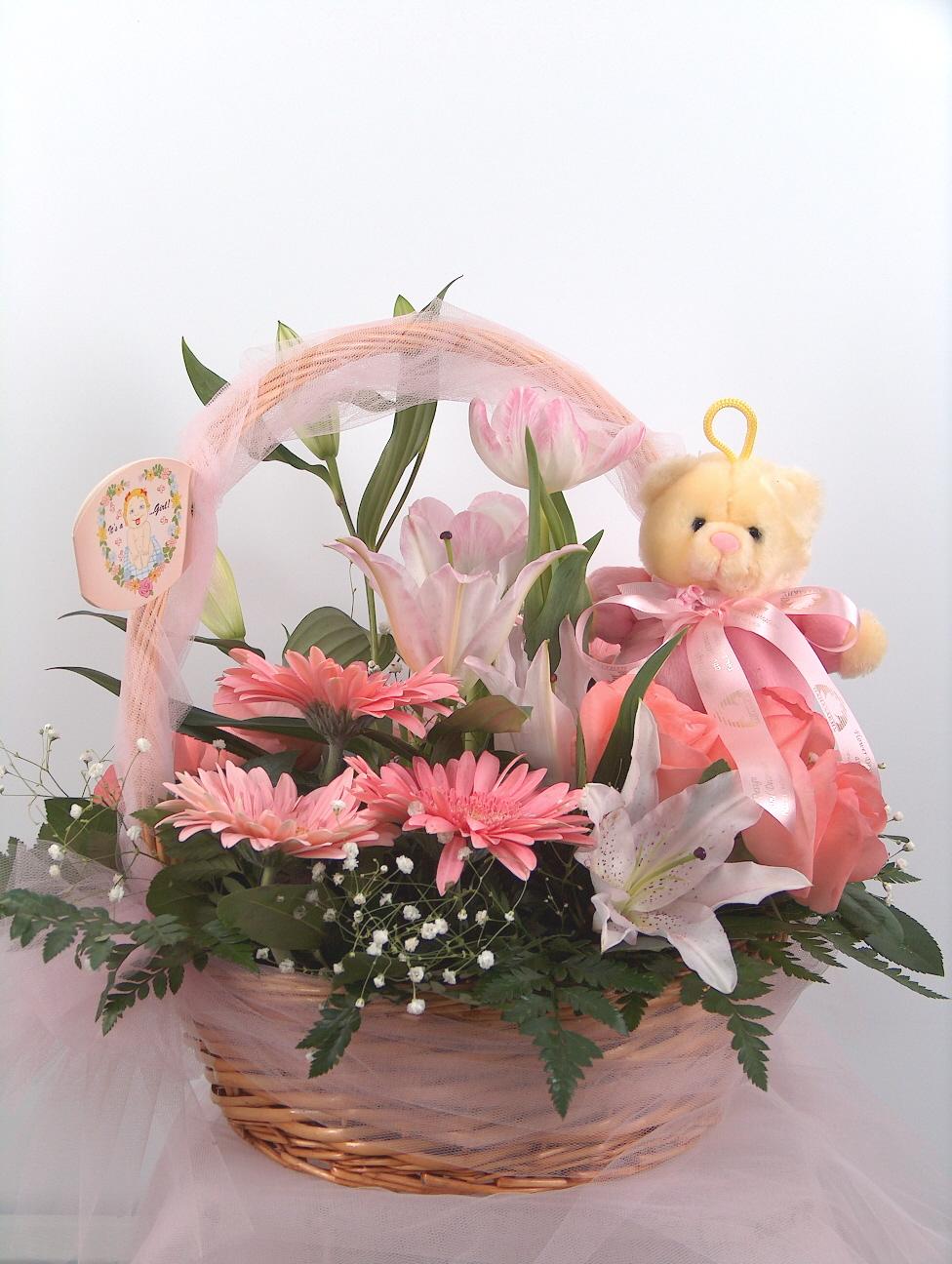καλάθι με ρόζ άνθη