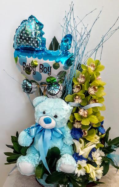 Σύνθεση με άνθη ,αρκούδο και μπαλόνι σε καλάθι για νεογέννητο αγοράκι