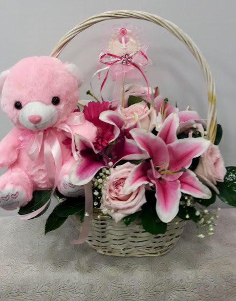 arrangement basket with pink roses new girl 1a