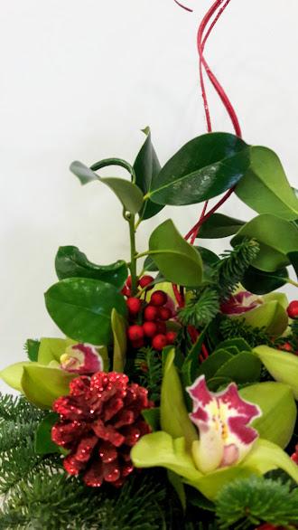 christmas arrangement round ceramic pot green red 1