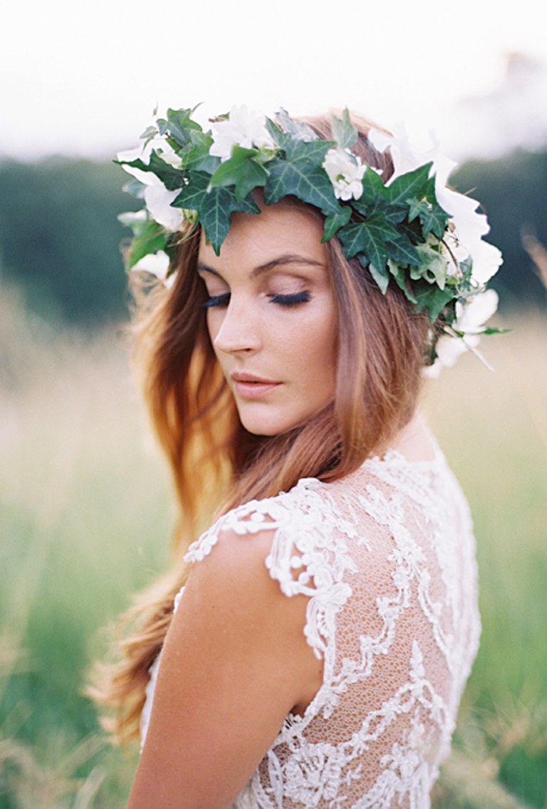 2013_bridescom-Editorial_Images-08-flower-crowns-floral-crowns-wedding-hairstyle-ideas-Large-flower-crowns-floral-crowns-wedding-hairstyle-ideas-ivy-leaf-flower-crown-with-white-flowers