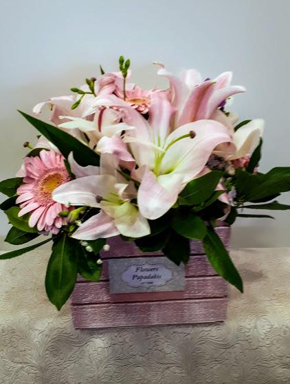 pink flowers in wood box σύνθεση με ροζ λουλούδια σε ξύλινο κουτί