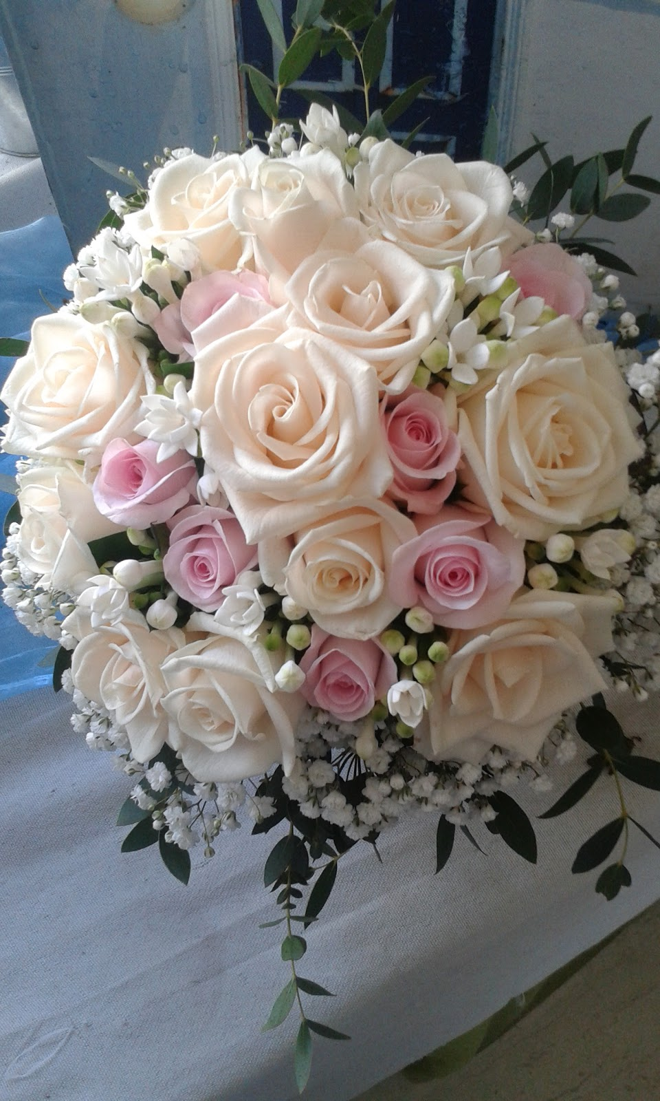 νυφικο μπουκετο με λευκά κ ροζ τριανταφυλλα