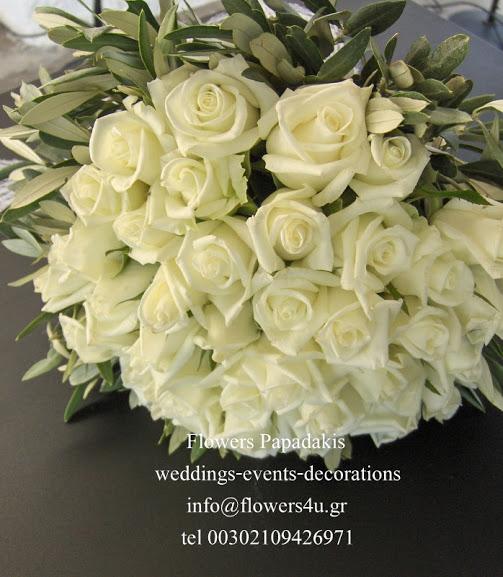 νυφικο μπουκετο με λευκα τριανταφυλλα και ελιές