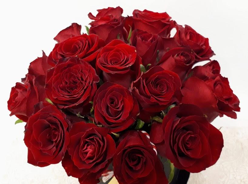 red roses in black round box τριανταφυλλα με κουτί 1
