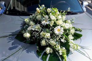 Σύνθεση λευκών λουλουδιών για νυφικό αυτοκίνητο