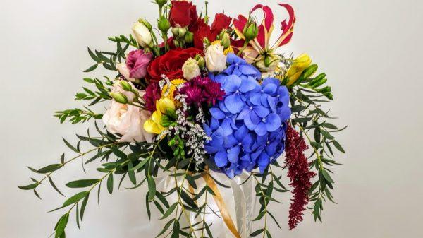 νυφικό μπουκέτο με μπλε ορτανσίες και τριαντάφυλλα κήπου